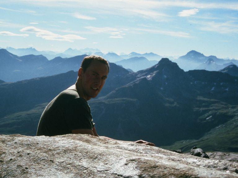 Markus Beck vor Alpenpanorama